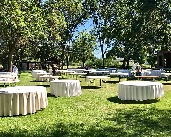 Oak Forest Lawn​ table setup